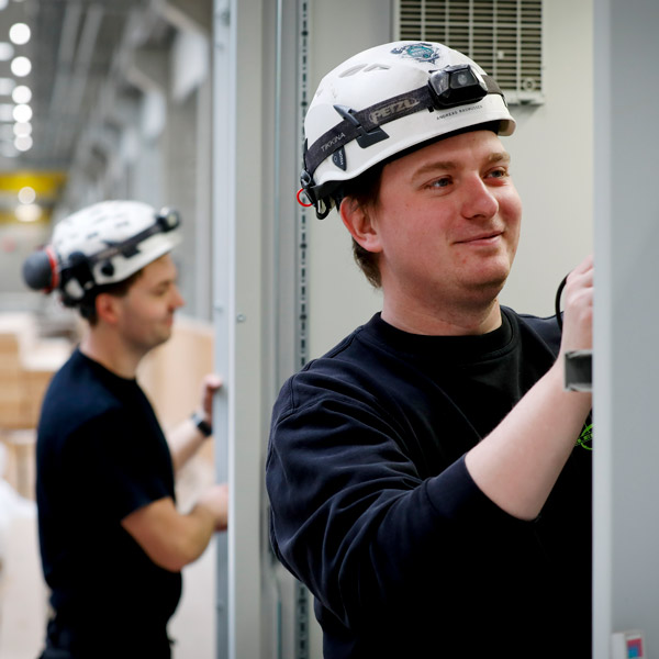Elektriker laver el-service på et industri el-tavle