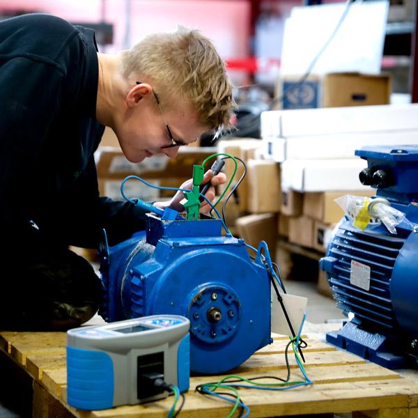 Elektriker fra IC Electric laver service på en el-motor