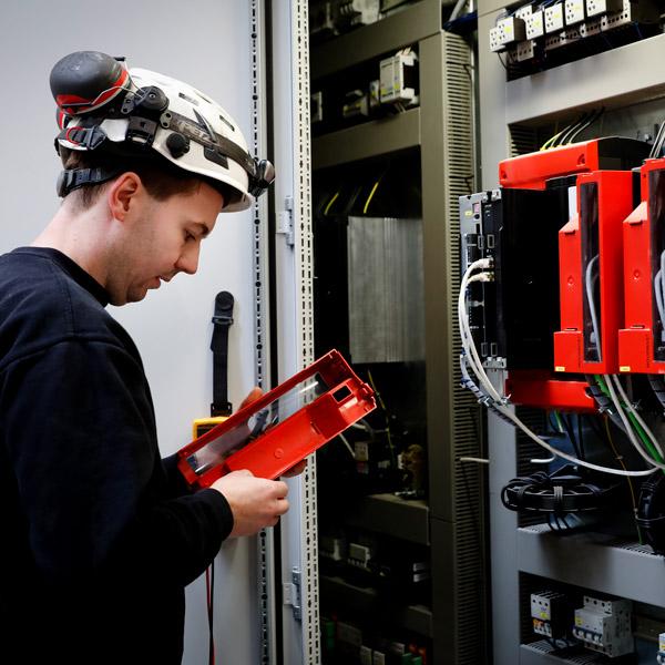 Elektriker fra IC Electric udfører el-installationsarbejde