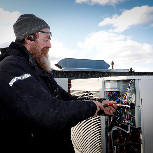 Elektriker fra IC Electric laver installation af klimavenlig varmepumpe